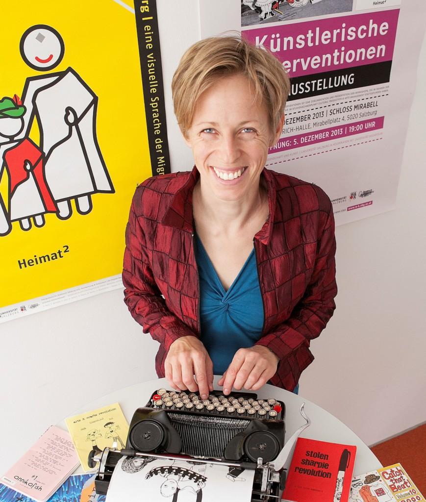 """Elke Zobl erhielt für ihr Projekt """"Making Art, Making Media, Making Change"""" den Wissenschaftskommunikationspreis des Wissenschaftsfonds FWF. Zobl arbeitet an den Schnittstellen von Wissenschaft, Kunst und Pädagogik und veranstaltet unter anderem Medienworkshops für junge Frauen."""