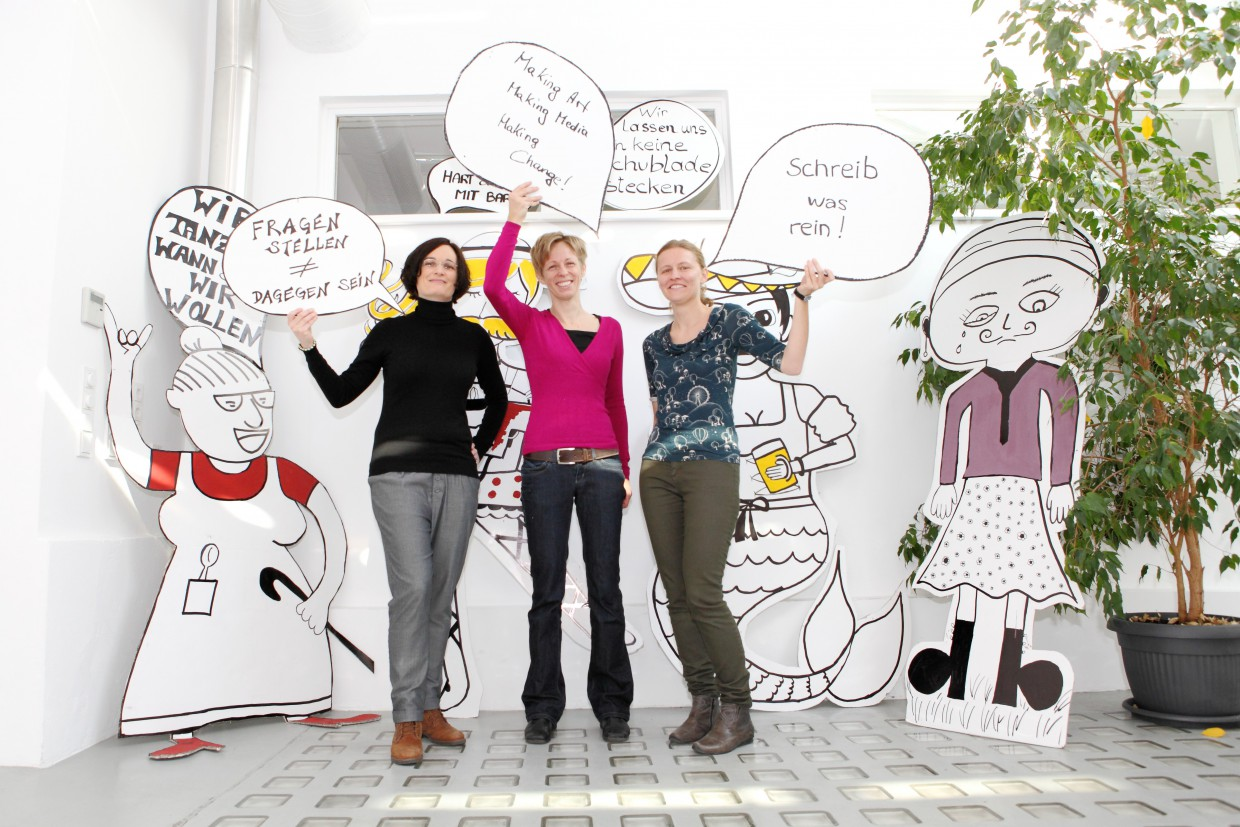 The project team with comics from the workshops, from left: Ricarda Drueke, Elke Zobl, Stefanie Grünangerl