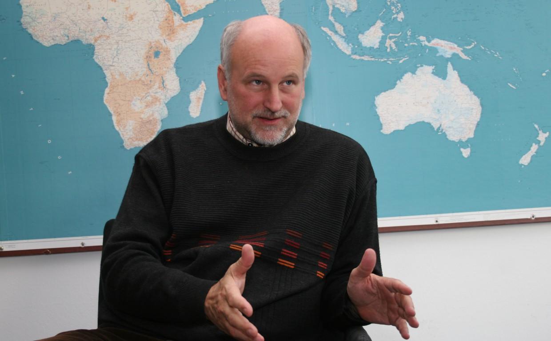 """Wolfgang Lutz beschäftigt sich mit dem Zusammenhang zwischen dem Bildungsgrad einer Bevölkerung und der wirtschaftlichen Entwicklung eines Landes. """"Von Bildung hängt so viel ab: Gesundheit, Lebenserwartung, Job, Einkommen – bis hin zu Demokratisierung."""""""