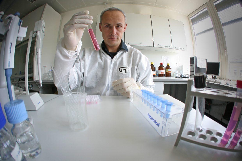 Der Molekularbiologe Walther Parson untersucht mittels mitochondrialer DNA-Analyse besonders schwierige Fälle. Zu seinen Auftraggebern gehört auch das FBI.
