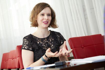 Literaturwissenschafterin Caroline Edwards ist eine Proponentin von Open Access. Doch gerade in den Geisteswissenschaften halten sich traditionelle Publikationssysteme. Wie eine Trendwende gelingen kann, hat sie auf Einladung des FWF im Juli in Wien erläutert.