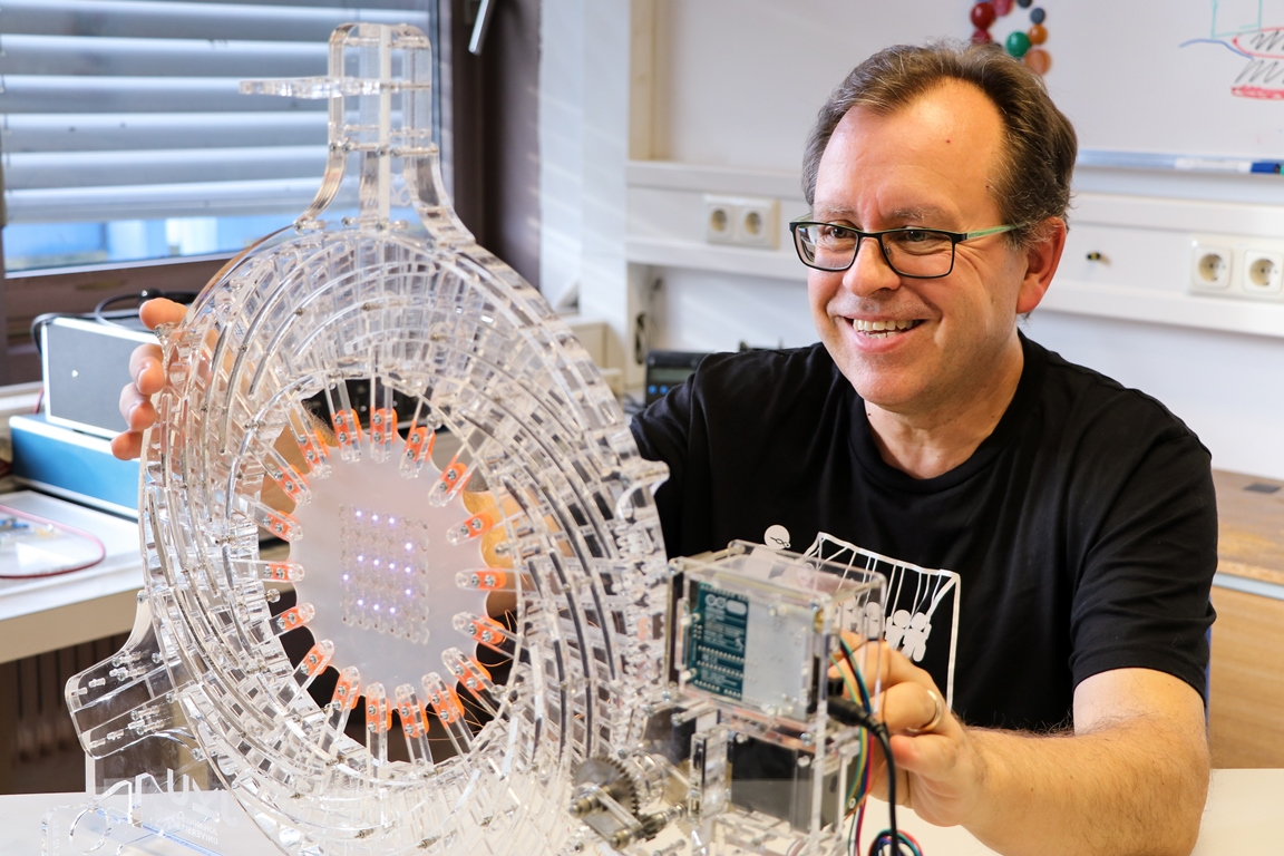 The experimental physicist Siegfried Bauer deals with highly topical issues such as stretchable and concealed electronics that can be attached anywhere, but also with artificial muscles. The photo shows him with a biaxial stretching system developed by his group – built with a laser cutter and a 3D printer. The device has already been copied by other laboratories – thanks to the publication of detailed building instructions: http://www.somap.jku.at/rss/