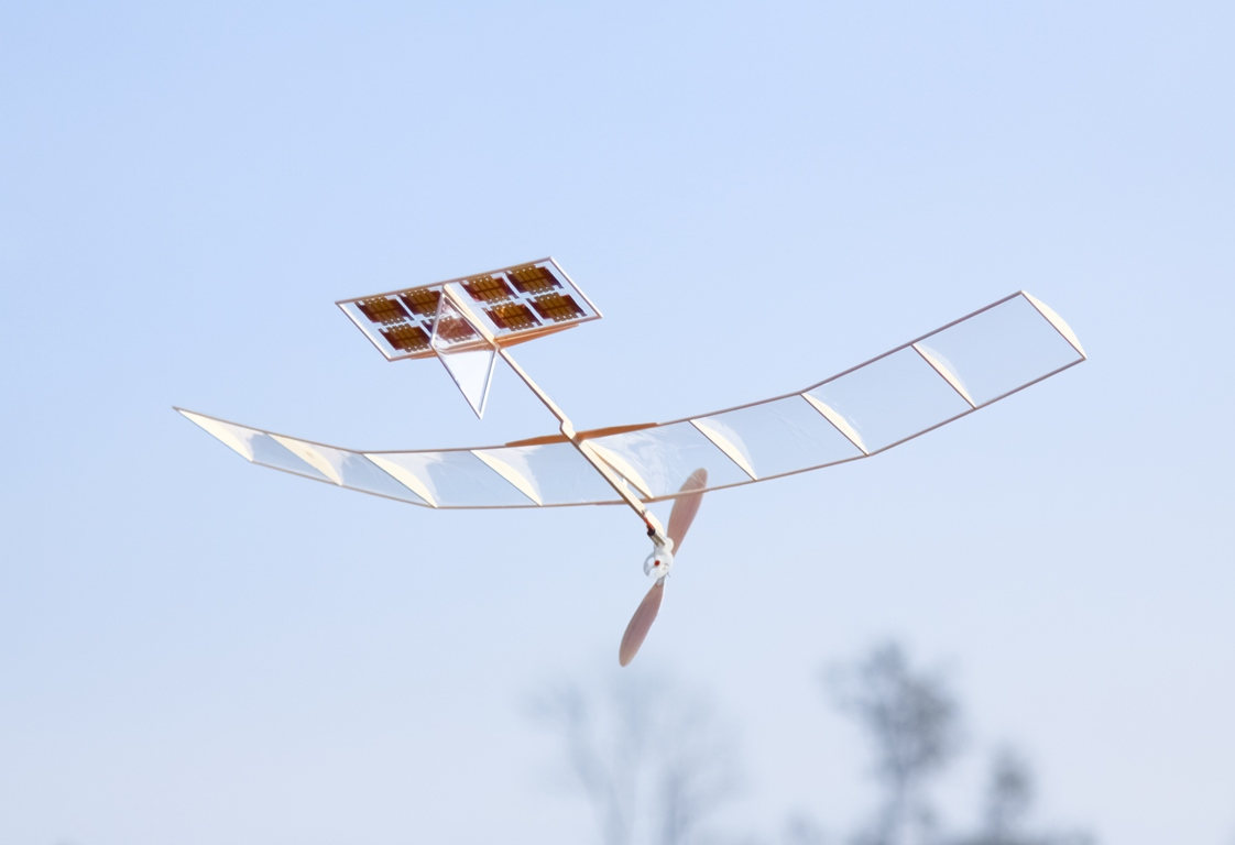 One of the scientific highlights of the Bauer group, developed together with chemists from JKU: the world's thinnest air-stable perovskite solar cells. A breakthrough in the history of ultralight solar cells. The photo shows an ultralight solar-cell powered model aeroplane circling over the campus.
