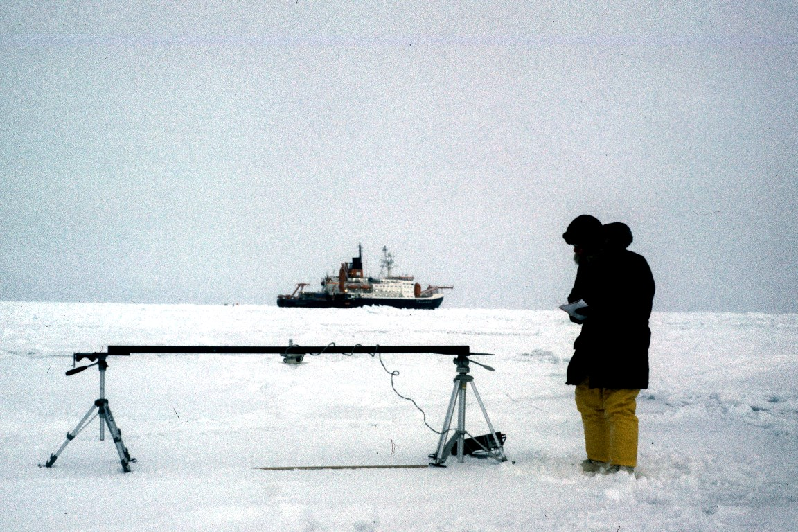 The meteorologist Elisabeth Schlosser investigates climate changes of the past by means of ice cores from Antarctica. The photo shows her measuring the reflectance of sea ice on her first expedition to the Antarctic in 1986. In the background, the research icebreaker Polarstern.