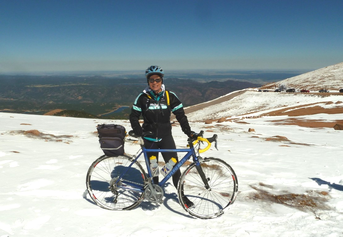 Sometimes, her best ideas come to Schlosser on her road bike. Here she is on her way to the 4,300 m high Pikes Peak in Colorado – waiting for the freshly fallen snow to be cleared from the upper part of the road.