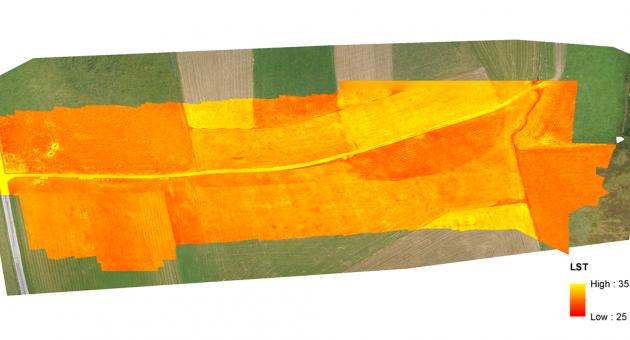 Panoramabild einer Agrarfläche mit Wärmekamera. Die unterschiedlichen Farben zeigen die Wärmeunterschiede. Auf Wiesen ist die Temperatur kühler als auf Ackerflächen.