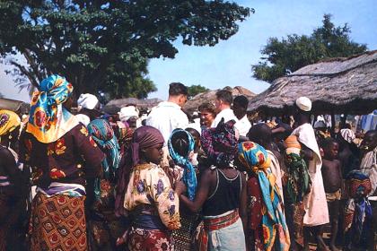 Marktgeschehen in Zaranda, Nigeria 1958: lokale Bevölkerung und Kolonialbeamte im Austausch