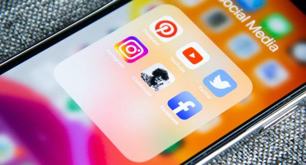 Display eines Mobiltelefons mit Social Media Apps
